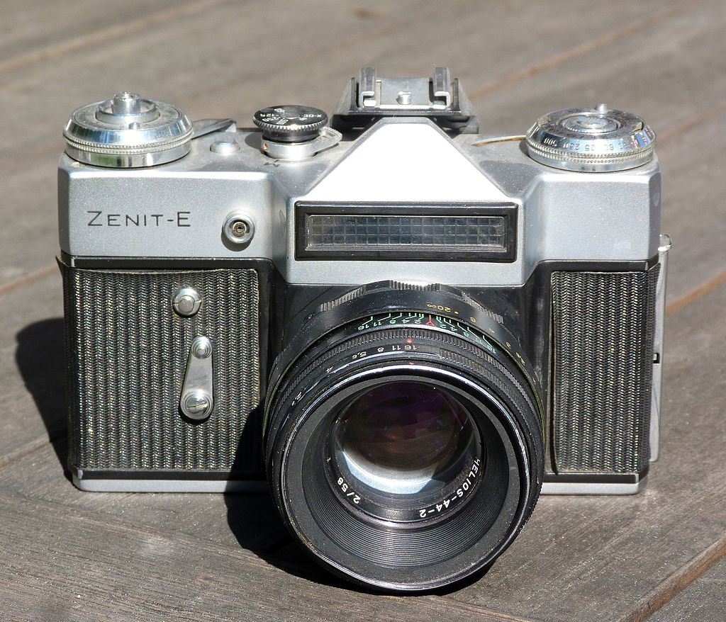 Zenit_-_E_camera_with_Helios_44-2_lens.JPG